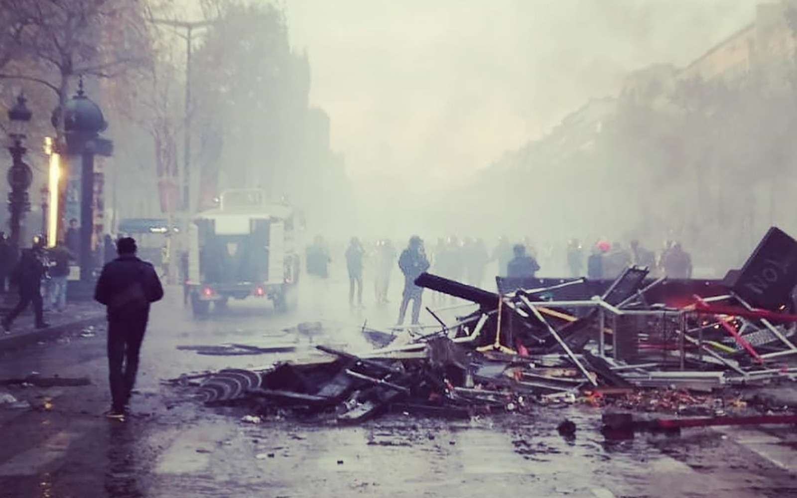 Какфранцузы протестуют против роста цен натопливо: баррикады против водометов— фото 926167