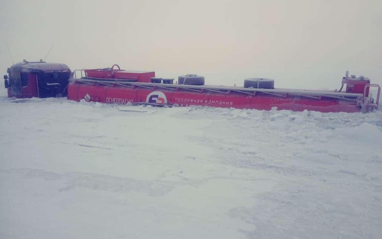 В Якутии подлед провалились два бензовоза— фото 939259