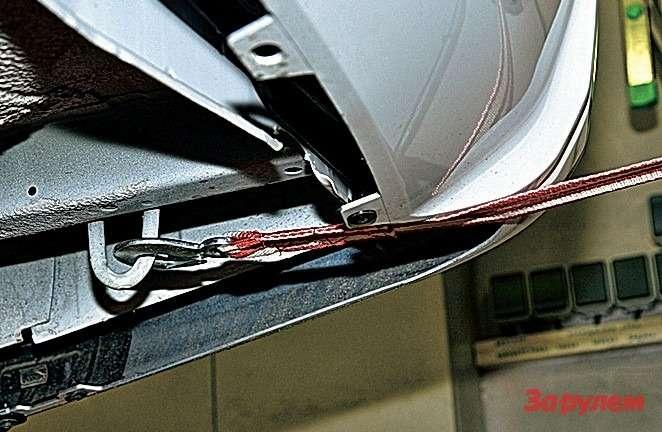 Задняя проушина формально есть, новоспользоваться ею, не повредив бампер, вряд липолучится.