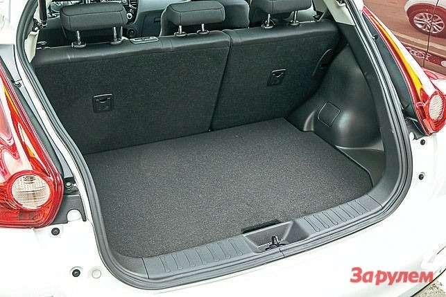 Багажник очень компактный. Нососложенными сиденьями его объем достигает более-менее приличных 550 литров.