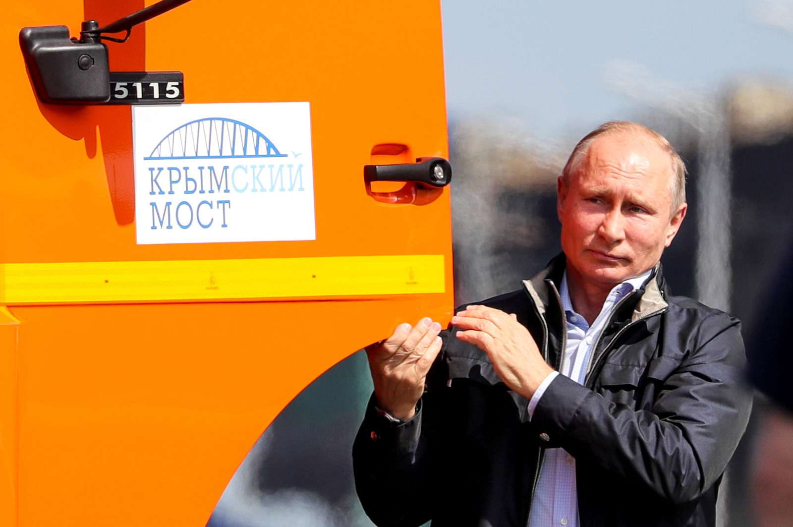 Путин первым проехал поКрымскому мосту. НаКАМАЗе— фото 870754