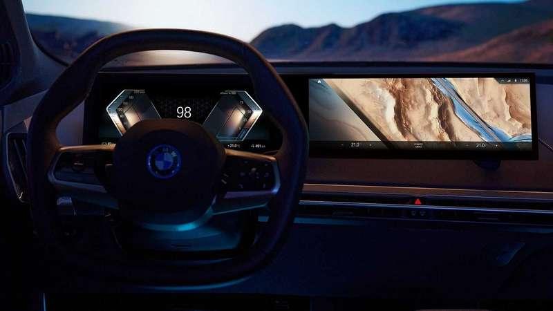Сплошной огромный экран: BMW показала новую приборную панель