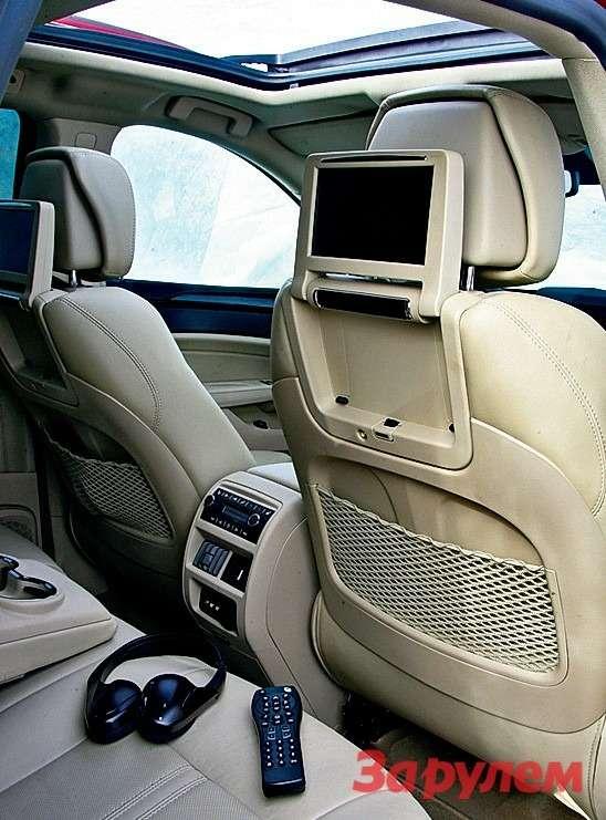 Cadillac SRX: Всамой богатой комплектации два монитора DVD-проигрывателя исоответствующие аксессуары.