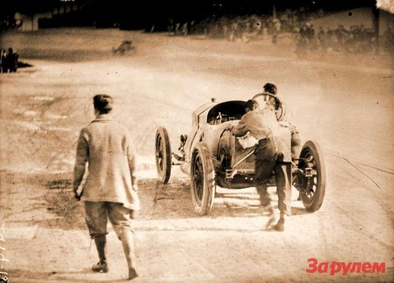 Индианаполис-1912: Ральф деПальма смехаником Рупертом Дженкинзом толкают свой Mercedes кфинишу. Фото: Library ofCongress