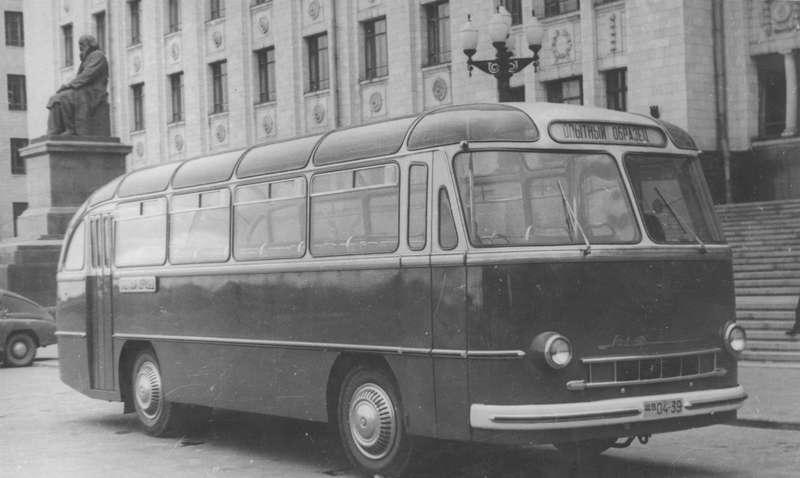 Опытный образец автобуса ЛАЗ-695«Львов» уздания Московского университета наЛенинских горах весной 1956 года.