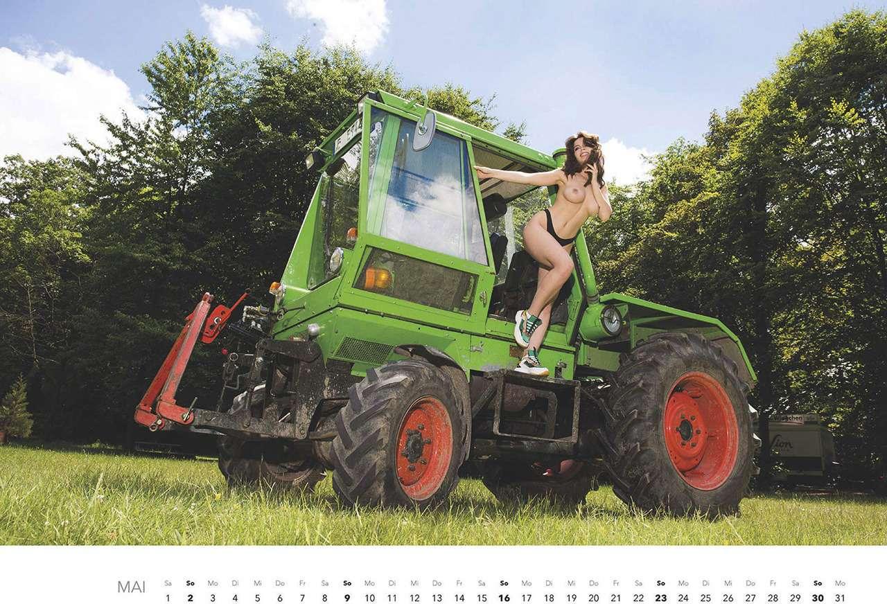 Первый календарь на2021год: не очень одетые трактористки (18+)— фото 1196280