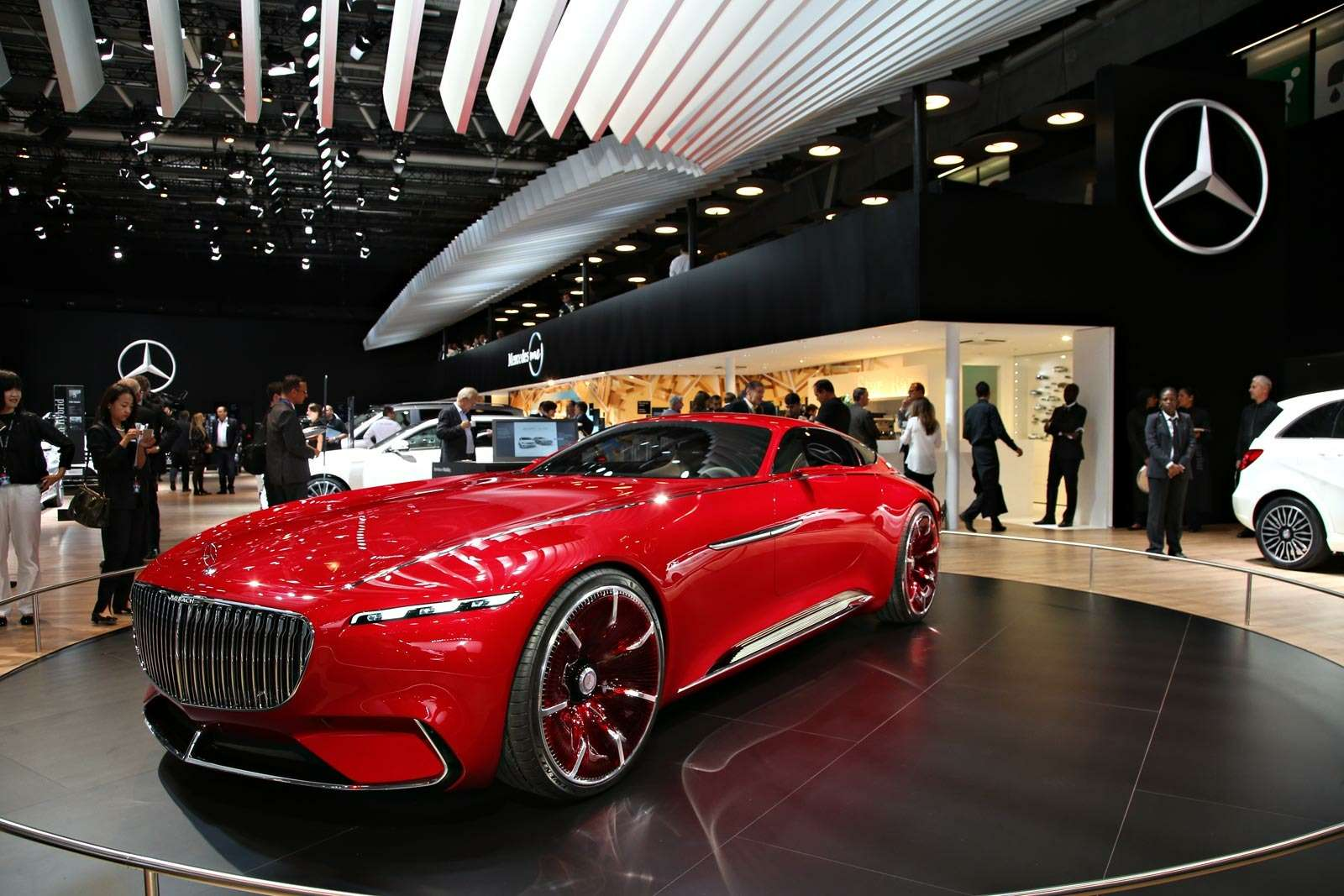 Самый красивый автомобиль Парижа: Vision Mercedes-Maybach 6завоевывает сердца— фото 643578