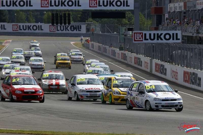 Стартовая решетка Moscow Raceway едва вместила всех участников заезда Объединенный 1600, даитут вобъектив попали невсе