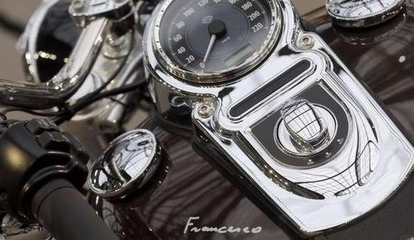 В начале этого месяца один изэтих мотоциклов— модель 1,585cc Dyna Super Glide савтографом Папы, был продан саукциона за210000 евро ($284000; £174000).