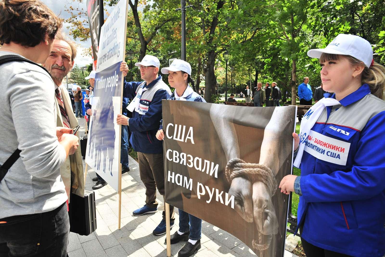 Рабочие ГАЗа упосольства США: просят отмены санкций— фото 984351