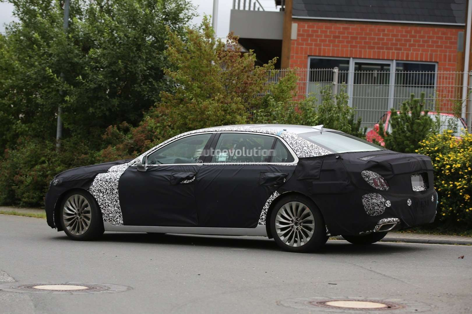 2017-hyundai-equus-spied-out-testing-in-germany-photo-gallery_12