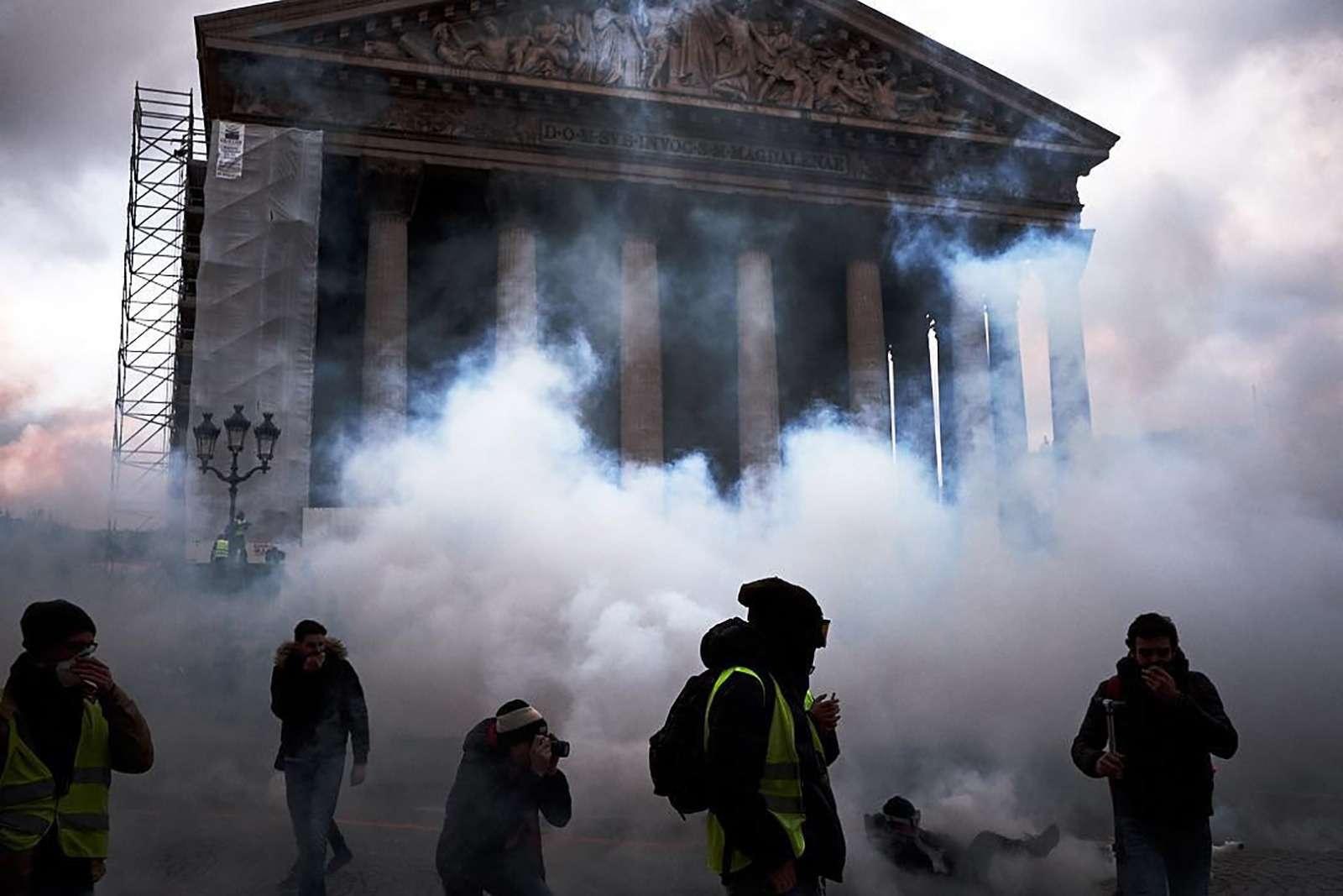 Какфранцузы протестуют против роста цен натопливо: баррикады против водометов— фото 926170