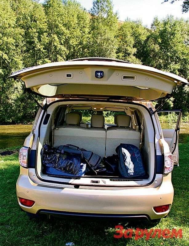 Объем багажника при восьми пассажирах всего 0,55м³. Дверь теперь открывается вверх электроприводом.