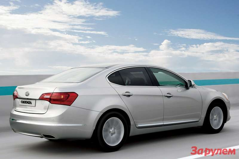 Pre-facelifted Kia Cadenza side-rear view