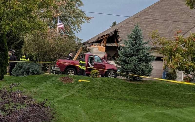 Так себе припарковался— пикап приземлился накрышу дома