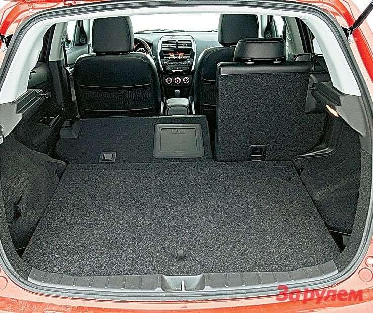 Багажник «Ситроена» радует простором, подего полом полноразмерная запаска— незаменимый вдальней дороге предмет.