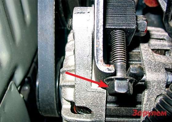 Hyundai Tucson: Сложнее натянуть ремень генератора— из-за плохого доступа крегулировочному винту (стрелка). Аведь это важнейший привод, откоторого работает насос ГУРа.