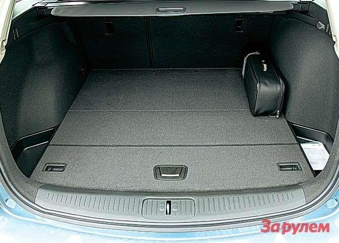 В рационально организованном багажнике есть гибкая шторка ипроушины длякрепления груза. Релинги накрыше обязательны длявсех версий этого семейного автомобиля.