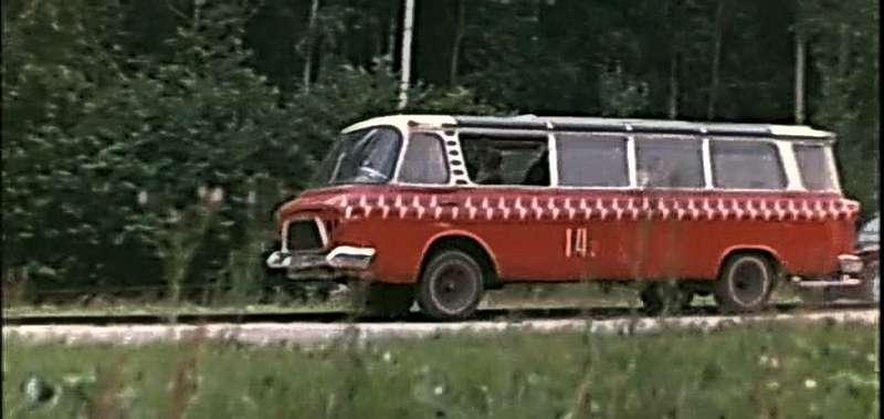 Испытание «Юности» наудар вбетонный куб наскорости 50км/ч. При таком столкновении уводителя микроавтобуса неоставалось ни единого шанса выжить. Кадр взят изфильма «Развлечение длястаричков» («Мосфильм», 1976г., режиссер Андрей Разумовский). Посюжету, компания бывших рабочих высокой квалификации решила построить автобус-вездеход
