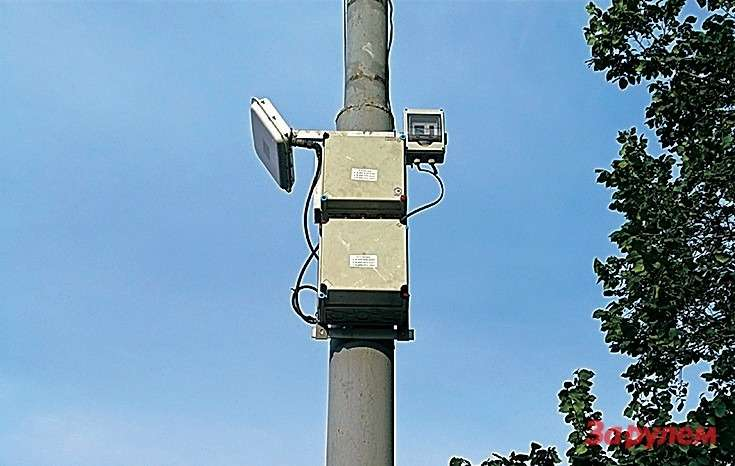 Стационарные сканеры дорожного потока использует вМоскве государственный Центр организации дорожного движения. Основная задача— информационное обеспечение перспективной интеллектуальной системы управления движением вовсем мегаполисе. Поэтому приборы восновном отделены отсветофоров десятками метров. Будет отдатчиков илокальная польза: данные озагруженности магистралей выведут насветодиодные табло, установленные вдоль конкретной трассы ипримыкающих кней дорог. Полную картину пробок комплекс дать невсостоянии, нотакая задача перед ним инестоит.