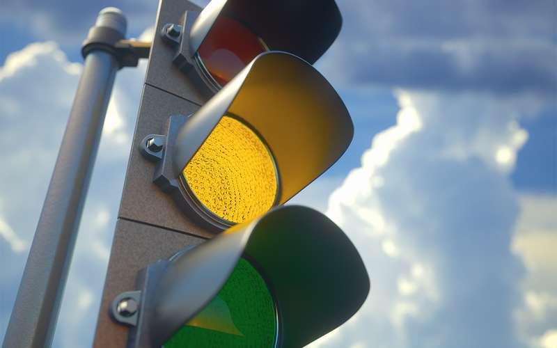 НаУкраине предложили запретить желтый сигнал светофора. Опять