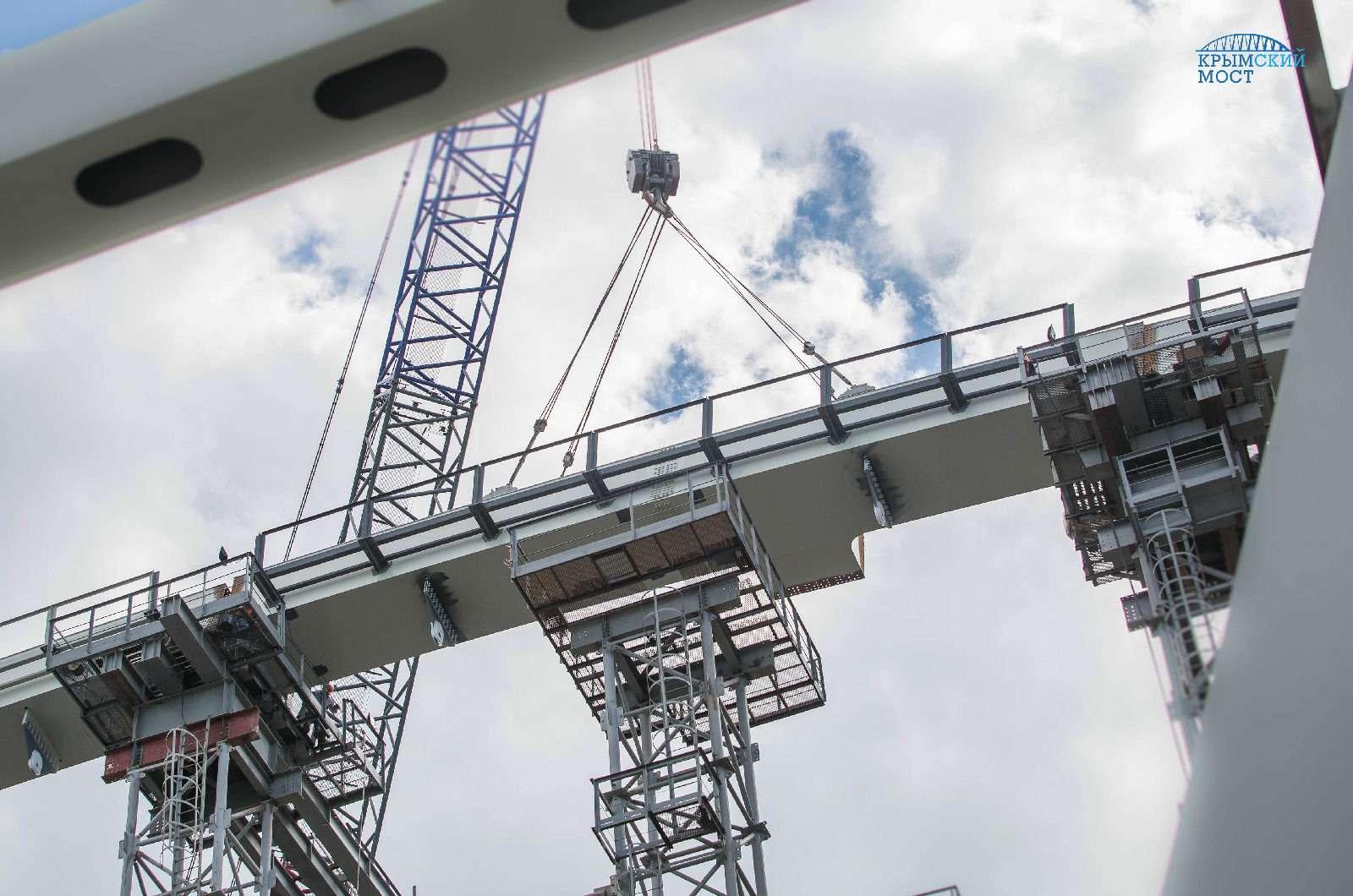 Строители завершили сборку автодорожной арки Крымского моста— фото 779833