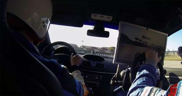 Параллельный заезд накомпьютерной трассе иреальном треке закончился победой виртуального гонщика
