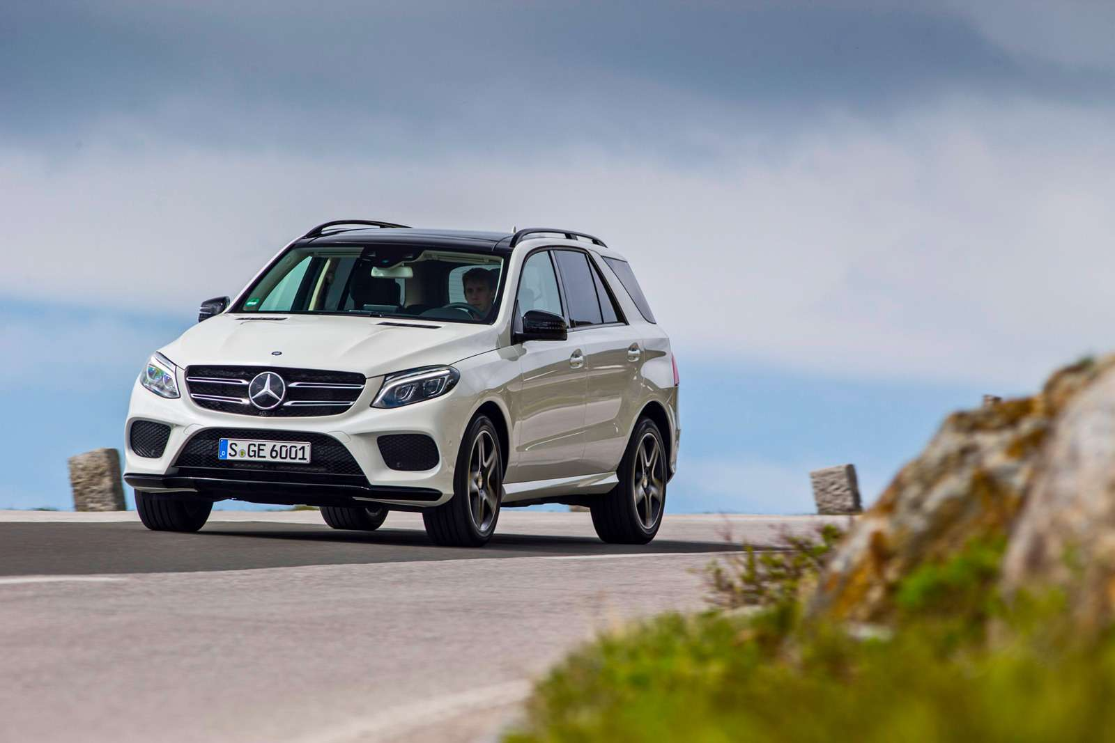 2016-Mercedes-Benz-GLE400-4Matic-front-three-quarters-02