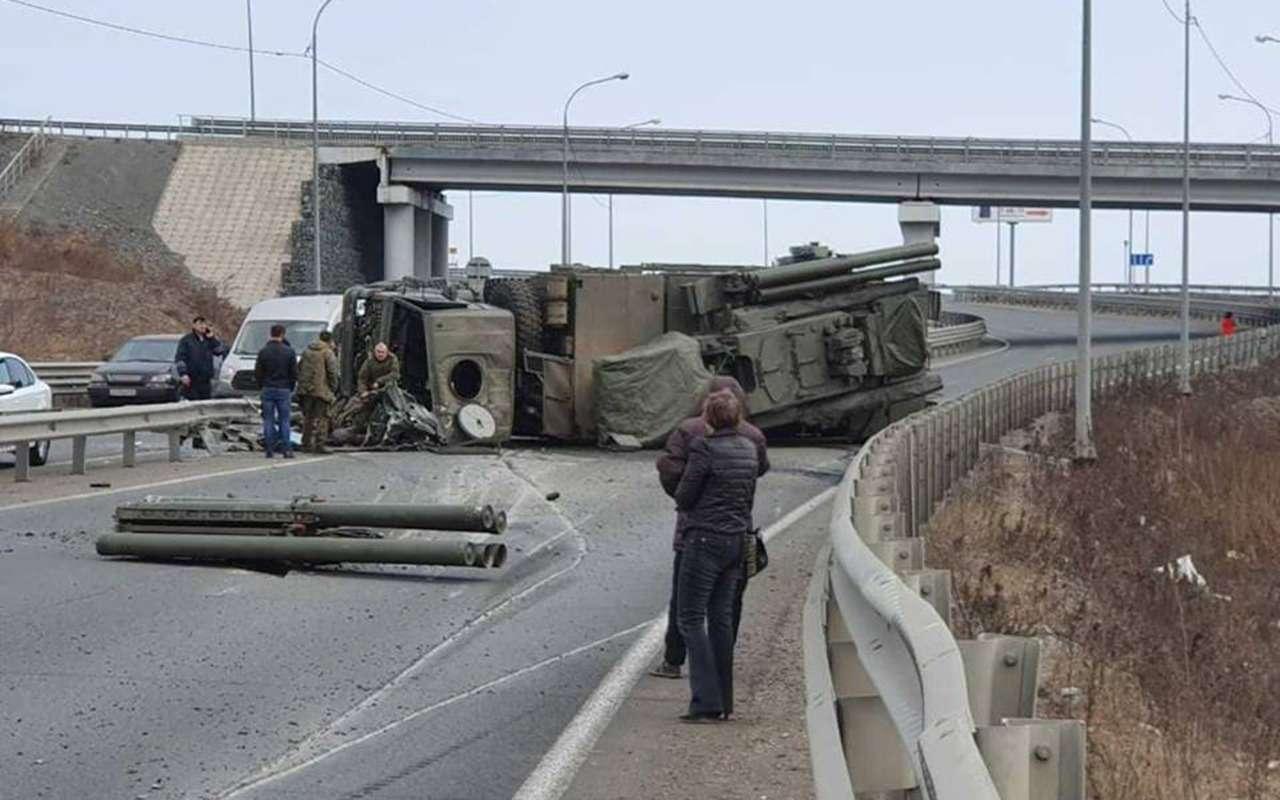 Ракеты рассыпались (реально!)— воВладивостоке опрокинулся КАМАЗ— фото 956213