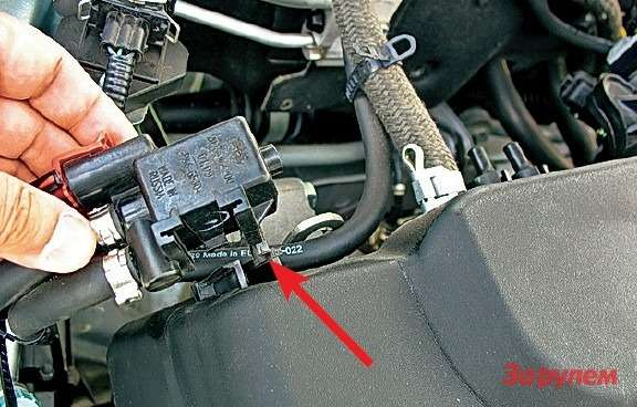 Теперь крепление клапана вентиляции адсорбера нанакладке стало  удобнее: надо лишь нажать наусик, показанный стрелкой, ипотянуть клапан вверх. Коммуникации можно (идаже лучше) неотсоединять.