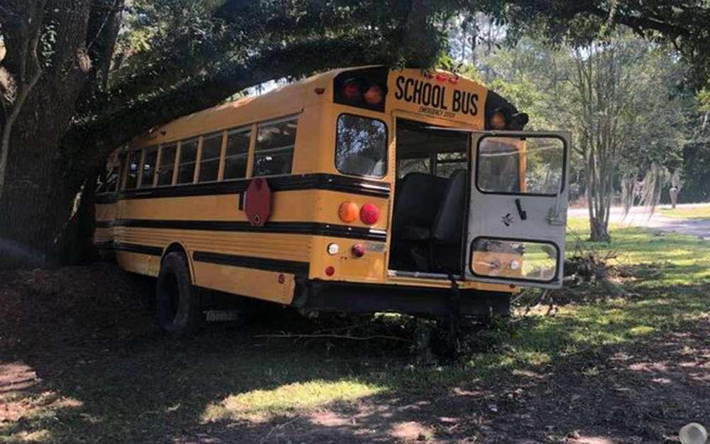 Ребенок угнал школьный автобус