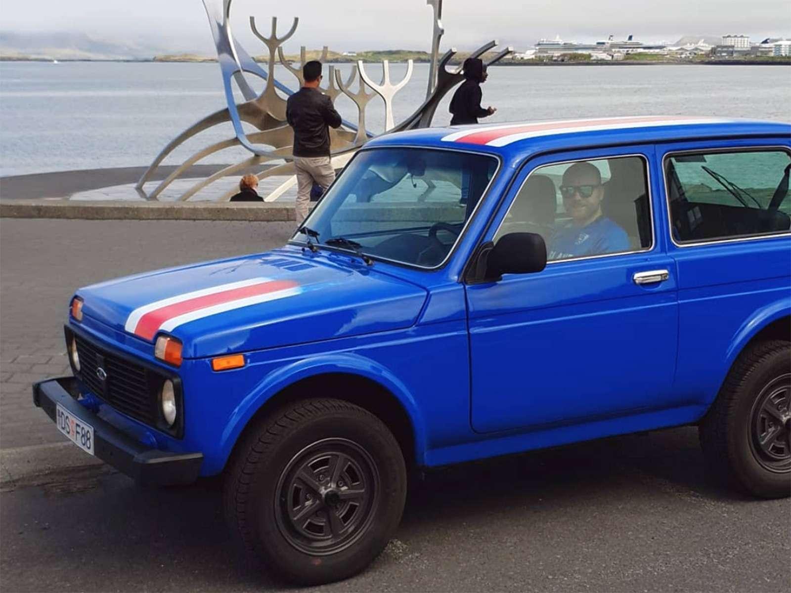 Исландские болельщики едут наЧМ-2018в старенькой Ладе 4x4— фото 878343