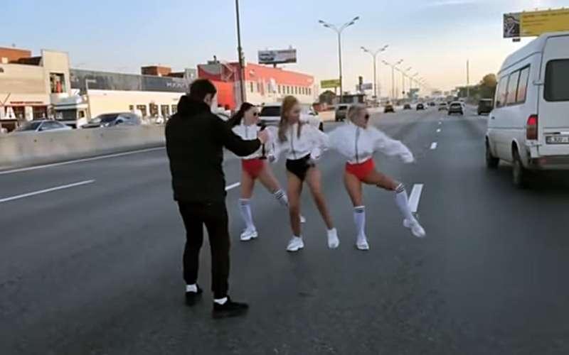 Съемки клипа наМКАДе задержали несколько «скорых». ЦОДД потребовал отполиции разбирательства
