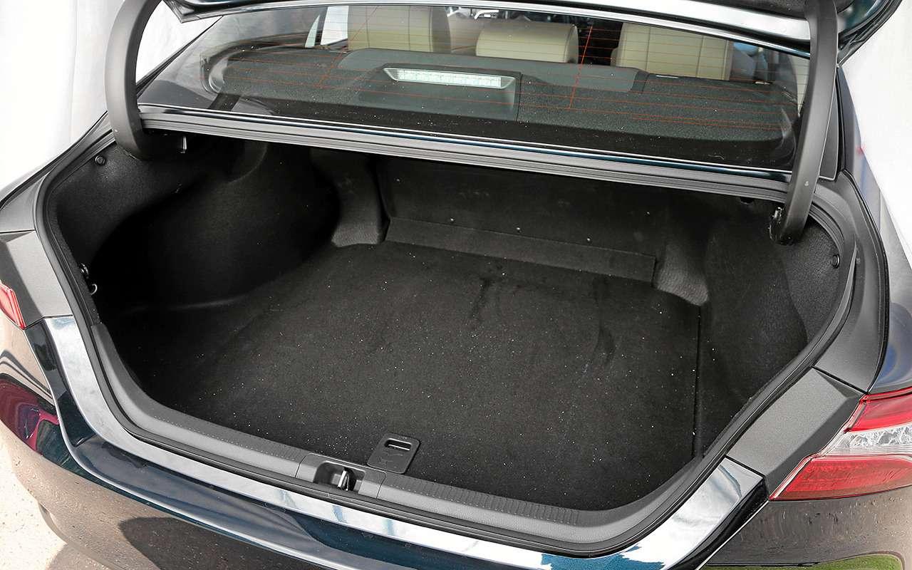 5 плюсов иодин минус седана Toyota Camry— фото 878714
