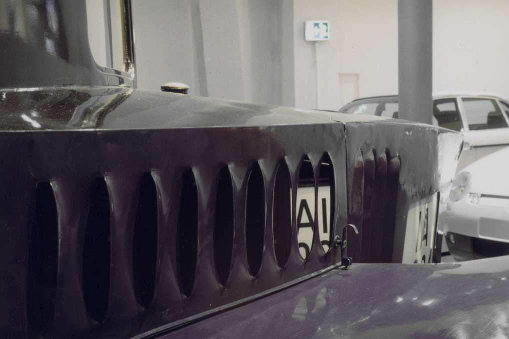 Охлаждение двигателя Tropfenwagen осложнялось его обтекаемой формой— воздухозаборники находились взоне разрежения. Задние номерные знаки— плексигласовые, подсвечиваются изнутри. Фото публикуется сразрешения Deutsches Museum Verkehrszentrum