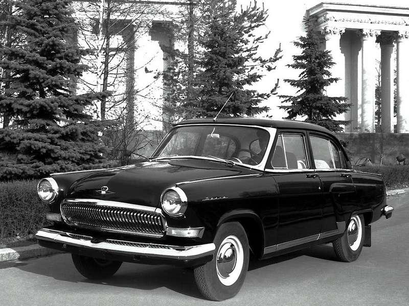 """Автомобиль изчерно-белого кинематографа: ГАЗ-21УС— вариант выпускавшегося с1962 года ГАЗ-21Р сулучшенной отделкой. «Черная """"Волга"""" едет шурша— нет, недождется мать малыша…»— мрачный юмор соцреализма относился кточно таким машинам, подкапотом которых, правда, находился 195-сильный двигатель от«Чайки» савтоматической коробкой. Такие машины выпускались дляКГБ. Конструктор— Борис Дехтяр. Если обычная четырехцилиндровая «Волга» до«сотни» разгонялась за34с,то «Волга» V8— всего за18с. Неслучайно внароде такие машины прозвали «догонялками». Странная, мягко говоря, управляемость «Волг» (врезком повороте машина норовила оторвать отземли ненагруженное переднее колесо) вынуждала укладывать вбагажник «комитетских» машин балласт"""