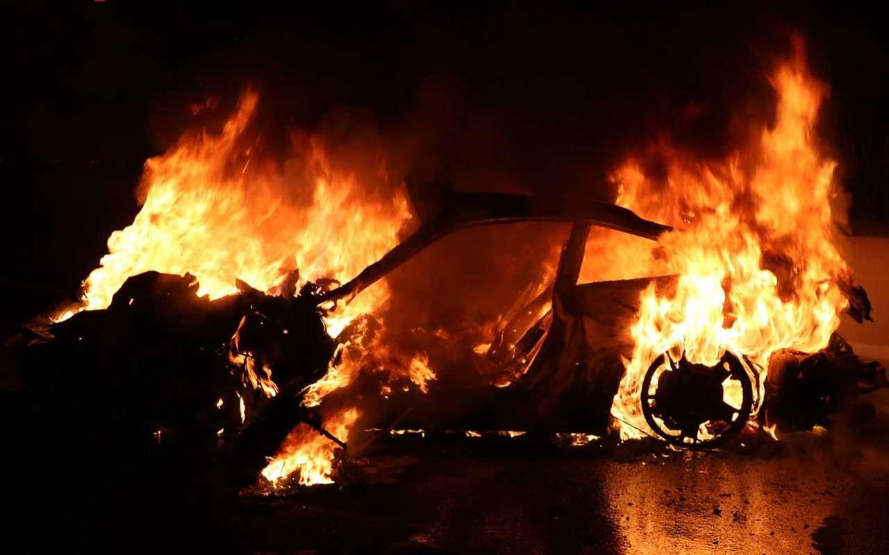 Porsche 911 сгорел дотла посреди дороги— фото 922289