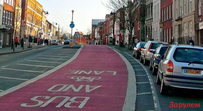 В Лондоне велосипедисты зачастую делят приоритет савтобусами.