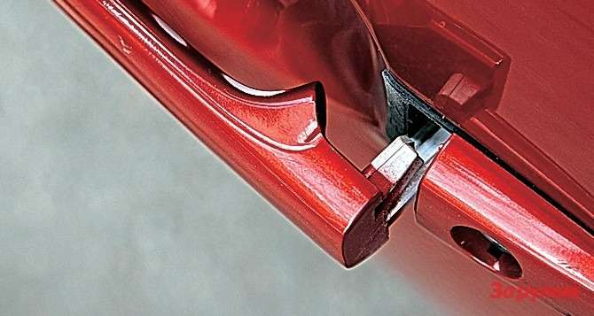 Вытертая добелого пластика ручка водительской двери— показатель нетолько шершавости ладоней, ноивозраста автомобиля.