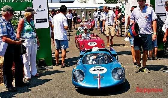 Гонки LeMans classic: Изпаддока подименем Little Big Mans настарт отправляются пилоты, чье выступление открывает основные соревнования. Впервые такой заезд провели  в1958-м. Некоторые изтех гонщиков выйдут натрассу исегодня, вмашинах побольше.