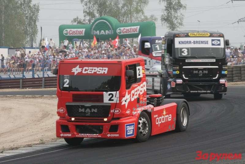 Выгодный ракурс. Нет сомнений— лидер грузового чемпионата Антонио Альбасете (№2) мчит поевропейской трассе. И, самое главное, трасса эта расположена нароссийской части континента.
