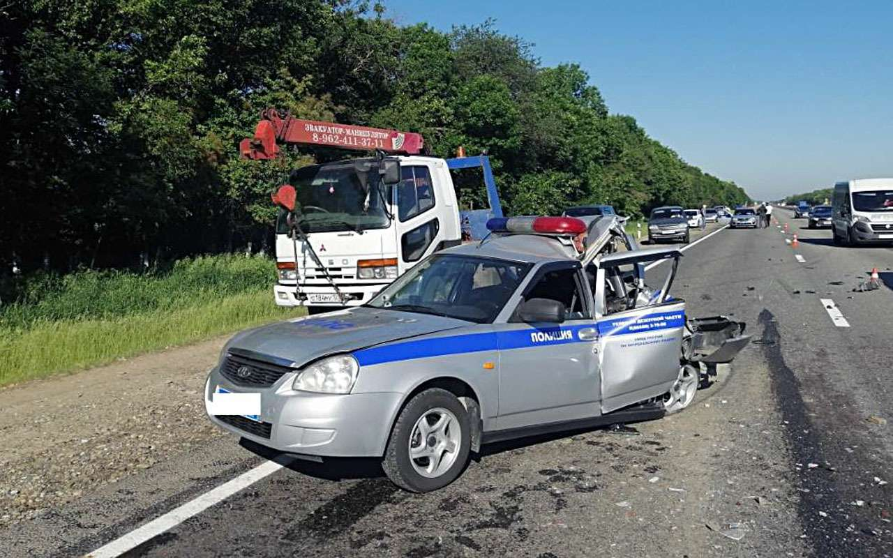 Грузовик сбил двух гаишников наобочине— фото 977606