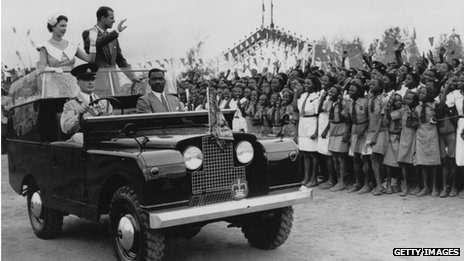 Королевская чета приветствует жителей Африки. Обстоятельства снимка неизвестны.