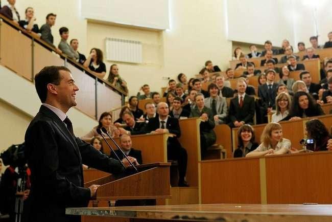 Дмитрий Медведев выступает перед студентами