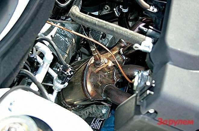 (-) На «Калине» выпуск располагается позади двигателя. Катколлектор, расположенный вблизи моторного щита, пышет жаром, требуя термо- и шумоизоляции, а короткая приемная труба более склонна к растрескиванию.