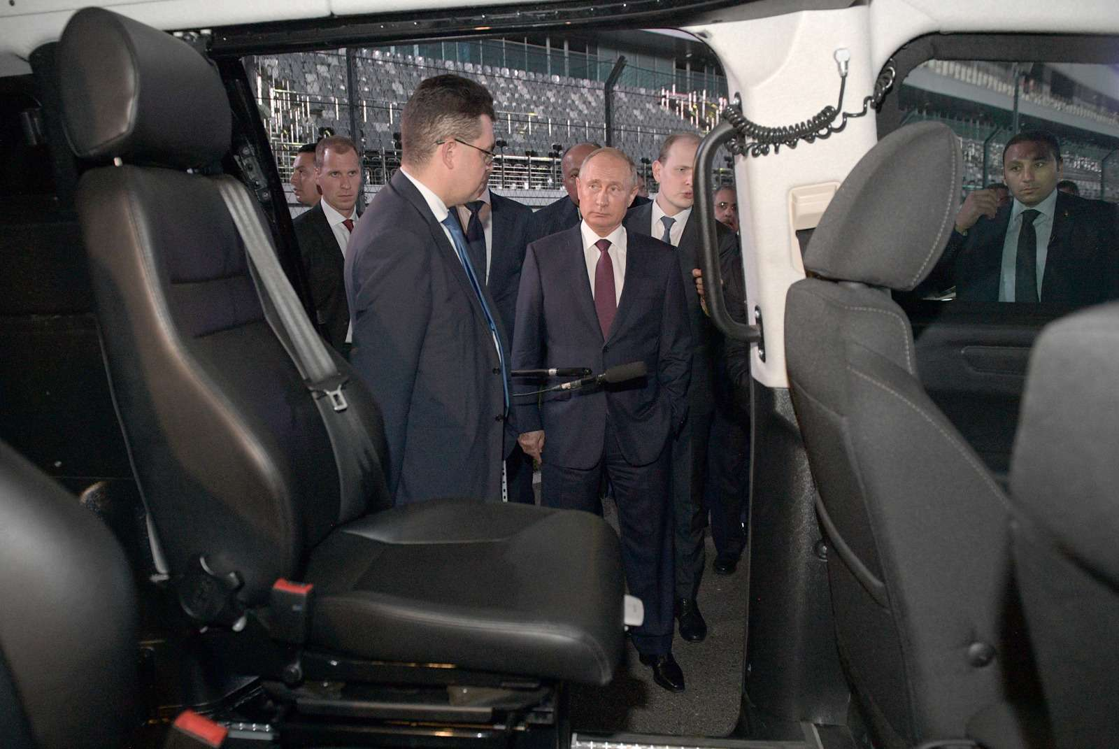 Владимир Путин сел заруль седана Аурус Сенат— фото 915216
