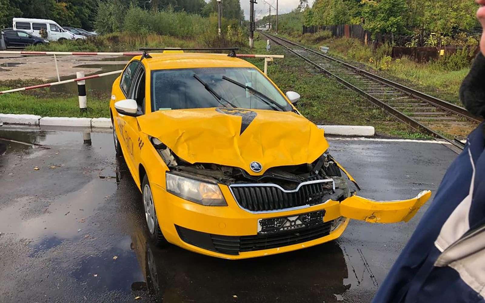 Водитель Яндекс.Такси протаранил электричку— фото 908902