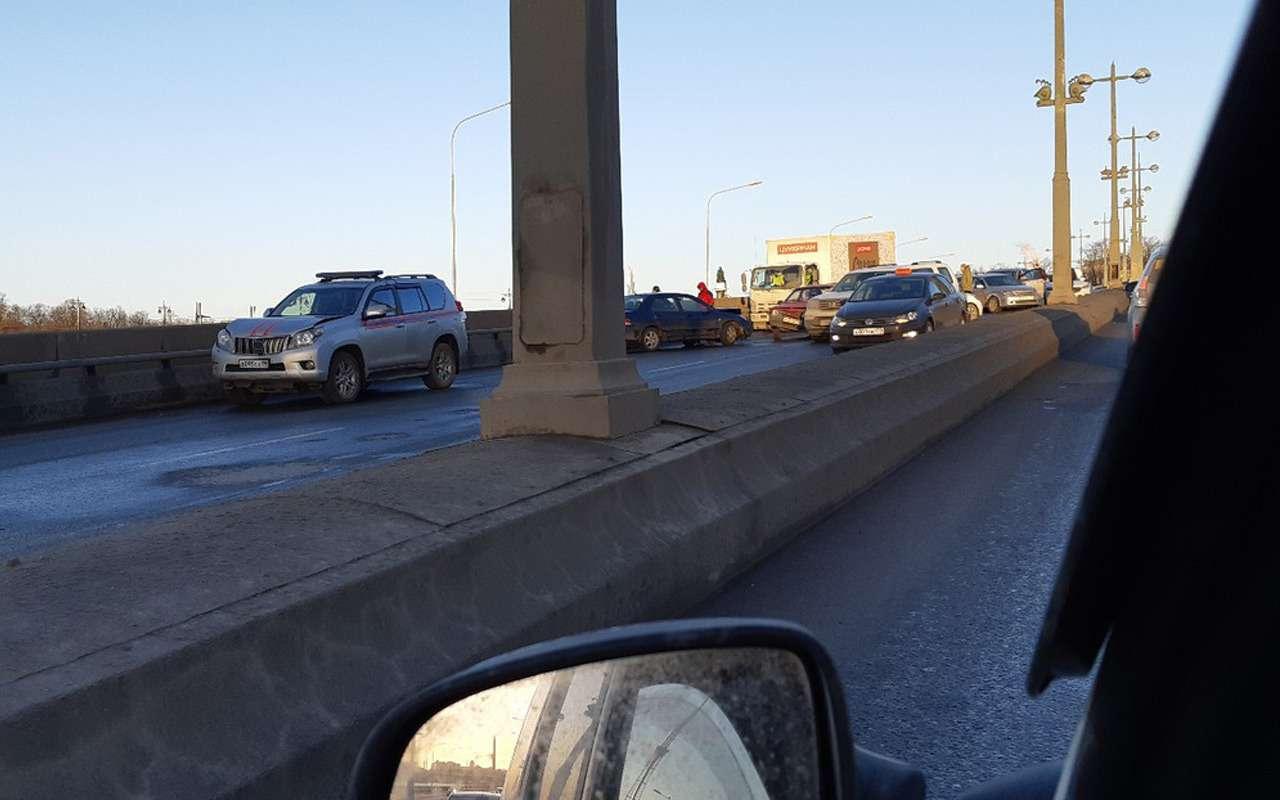 Массовая авария парализовала движение вПитере: столкнулось 30автомобилей— фото 959459