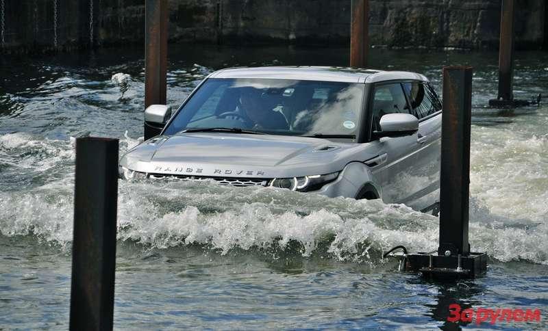 Range Rover Evoque преодолевает брод