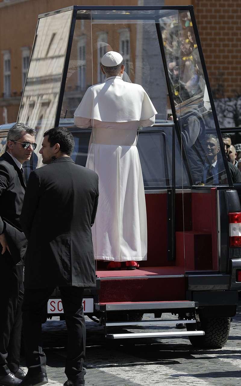 Это невероятно: Папа Римский теперь ездит напикапе УАЗ— фото 961792